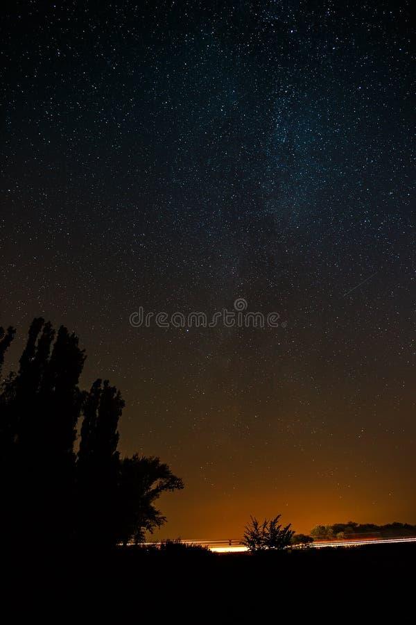 Εθνική οδός στο υπόβαθρο των φωτεινών αστεριών του νυχτερινού ουρανού και στοκ φωτογραφία με δικαίωμα ελεύθερης χρήσης