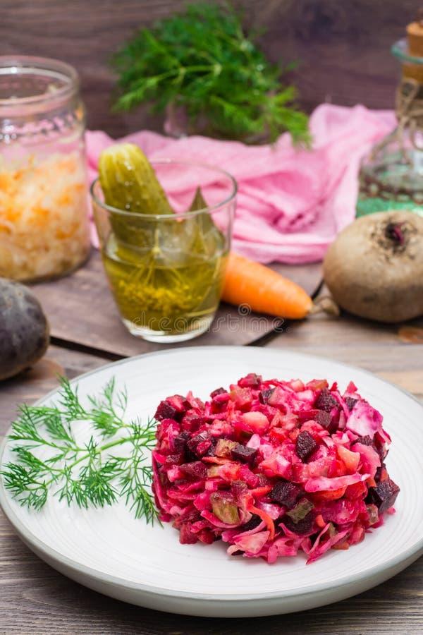 Εθνική ρωσική σαλάτα - vinaigrette - από τα βρασμένα λαχανικά, sauerkraut και τα παστωμένα αγγούρια σε ένα πιάτο στοκ φωτογραφίες