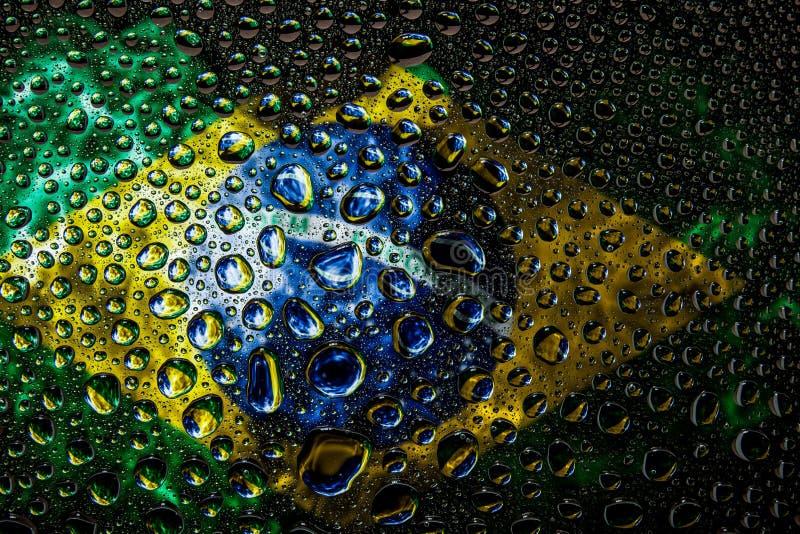 Εθνική σημαία της Βραζιλίας με τις πτώσεις στοκ φωτογραφία