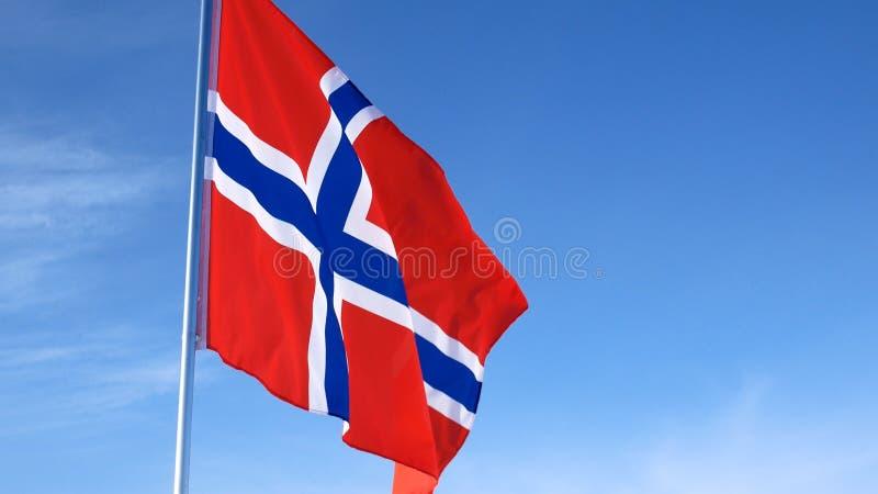 Εθνική σημαία της Νορβηγίας στον ουρανό στοκ εικόνες με δικαίωμα ελεύθερης χρήσης