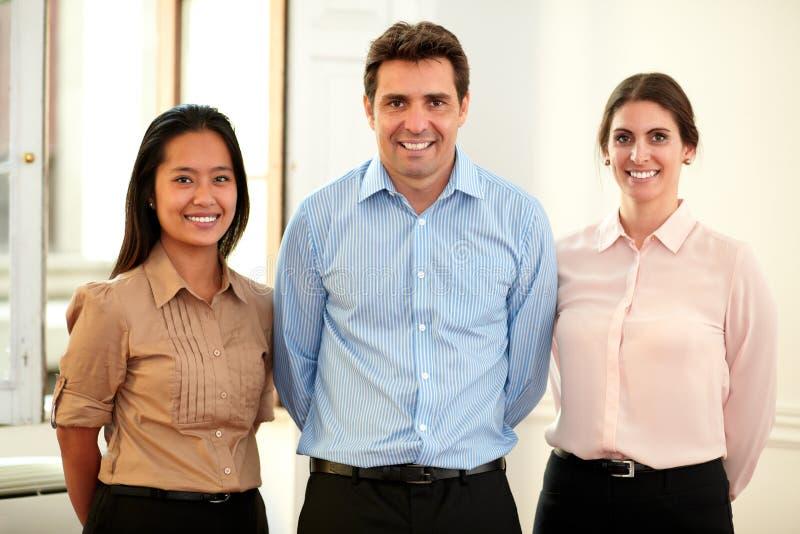 Εθνικοί επαγγελματικοί συνάδελφοι που χαμογελούν σε σας στοκ εικόνες με δικαίωμα ελεύθερης χρήσης