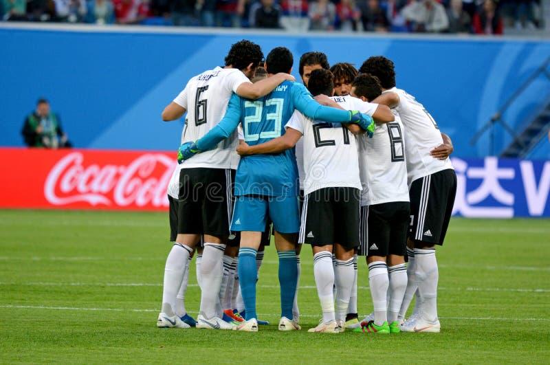 Εθνικοί φορείς ομάδων ποδοσφαίρου της Αιγύπτου που συσσωρεύουν στον κύκλο στο Παγκόσμιο Κύπελλο 2018 στη Ρωσία στοκ εικόνα με δικαίωμα ελεύθερης χρήσης