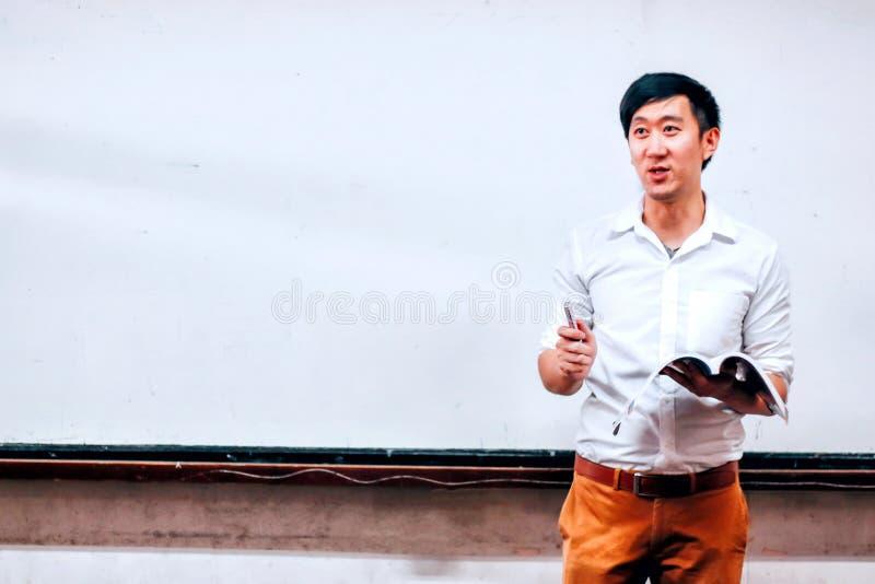 Εθνικός δάσκαλος ενάντια στον πίνακα στην αίθουσα στοκ εικόνες με δικαίωμα ελεύθερης χρήσης
