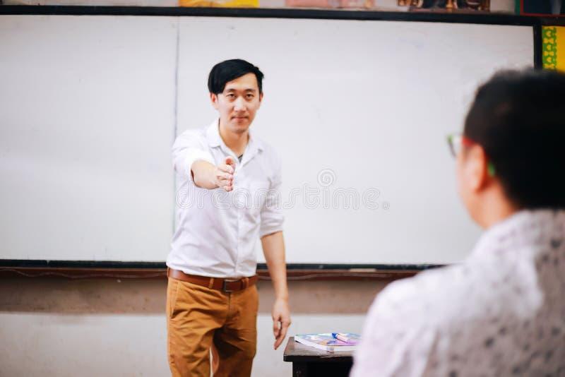 Εθνικός δάσκαλος που επικοινωνεί με το σπουδαστή στοκ φωτογραφία με δικαίωμα ελεύθερης χρήσης