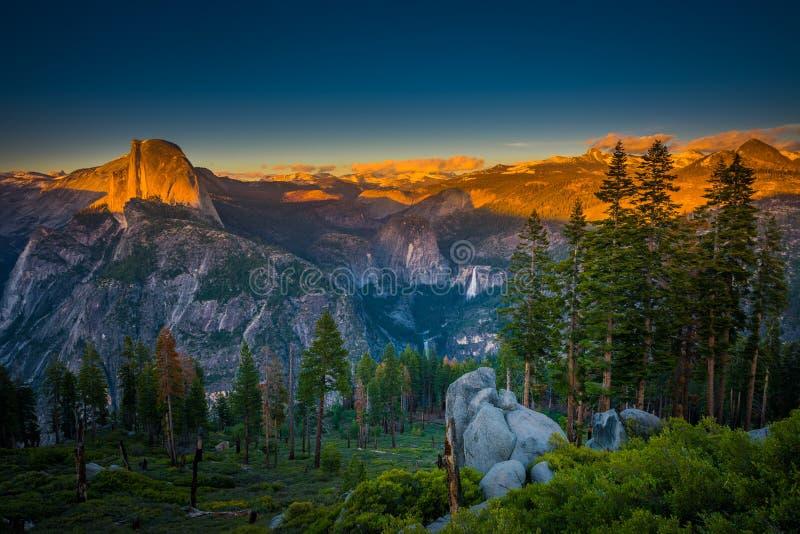 Εθνικός μισός θόλος Yosemite πάρκων αναμμένος από τον ελαφρύ παγετώνα POI ηλιοβασιλέματος στοκ φωτογραφία με δικαίωμα ελεύθερης χρήσης