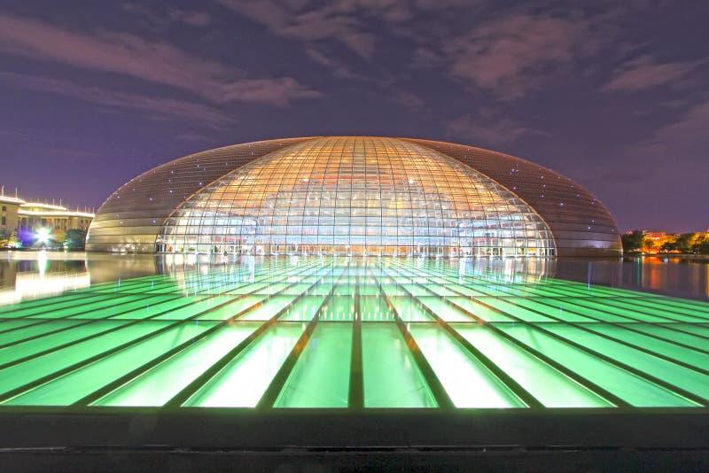 Εθνικό μεγάλο θέατρο και μεγάλη αίθουσα των ανθρώπων τη νύχτα μέσα στοκ εικόνα με δικαίωμα ελεύθερης χρήσης