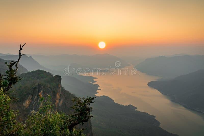 Εθνικό πάρκο μεταλλικού θόρυβου της Mae βουνών ποταμών ηλιοβασιλέματος στοκ εικόνα