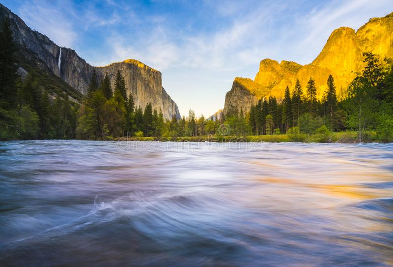 Εθνικό πάρκο Yosemite με τον ποταμό στο πρώτο πλάνο, Καλιφόρνια, ΗΠΑ στοκ φωτογραφία με δικαίωμα ελεύθερης χρήσης