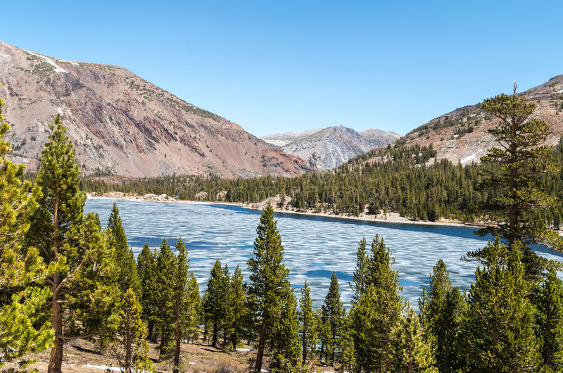 Εθνικό πάρκο Yosemite - παγωμένη λίμνη στοκ εικόνα με δικαίωμα ελεύθερης χρήσης