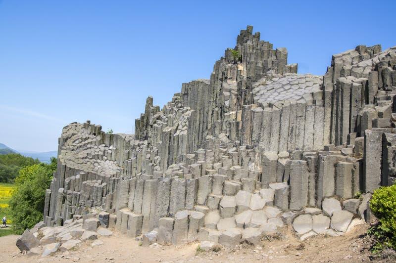 Εθνικό φυσικό μνημείο που ονομάζεται το skala Panska, κιονοειδής ενωμένος βράχος βασαλτών στο χωριό Kamenicky senov στην Τσεχία στοκ εικόνες