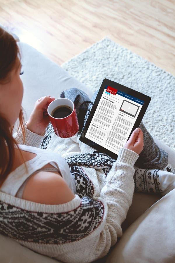 Ειδήσεις ανάγνωσης γυναικών στην ταμπλέτα στοκ εικόνα