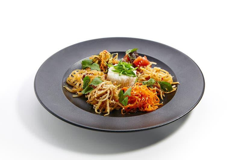 Ειδικά πιάτα της παν-ασιατικής κουζίνας στο σκοτεινό πιάτο στοκ εικόνες