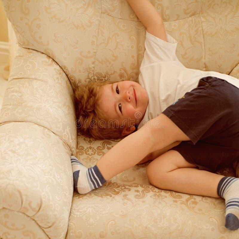 Ειδική προσοχή για κάθε ανάγκη haircare Παιδί αγοριών με το σύντομο κούρεμα Μικρό αγόρι με τα ξανθά μαλλιά Ρουτίνα παιδιών hairca στοκ εικόνες