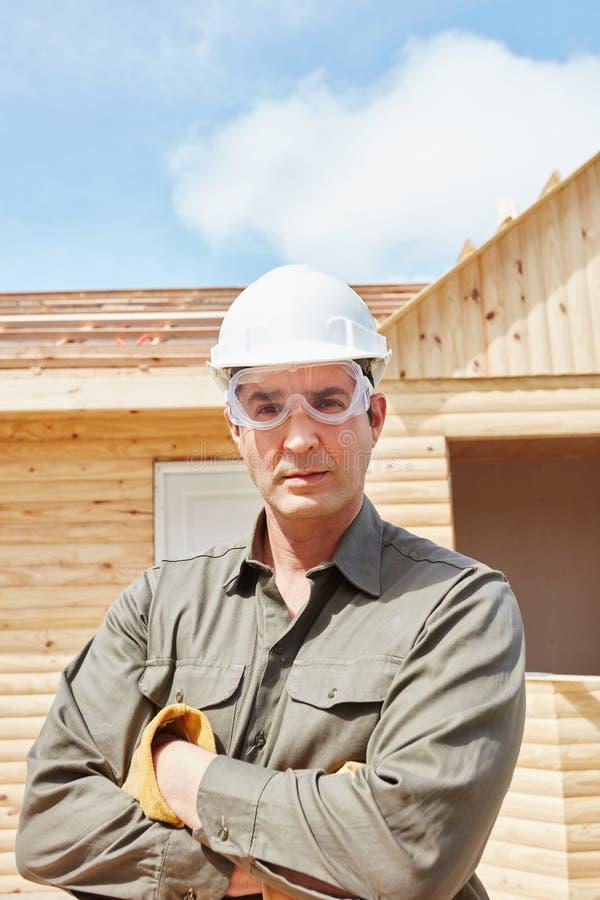 Ειδικευμένος χειροποίητος εργαζόμενος στο εργοτάξιο οικοδομής στοκ φωτογραφίες με δικαίωμα ελεύθερης χρήσης