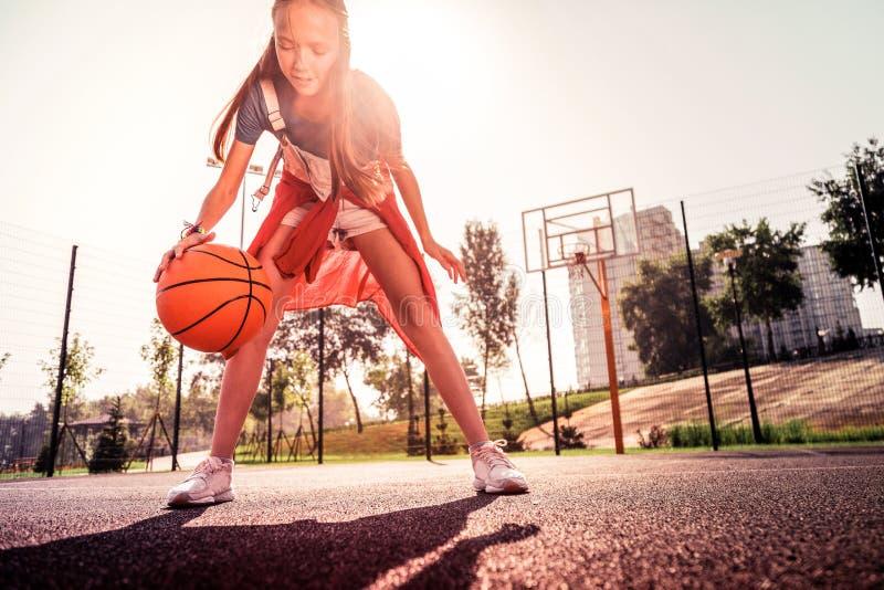 Ειδικευμένο νέο παίχτης μπάσκετ που παρουσιάζει τεχνική της στοκ εικόνες