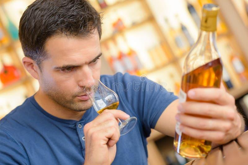 Ειδικός ερασιτέχνης που δοκιμάζει το μεγάλο εκλεκτής ποιότητας γλυκό κρασί στοκ εικόνα με δικαίωμα ελεύθερης χρήσης