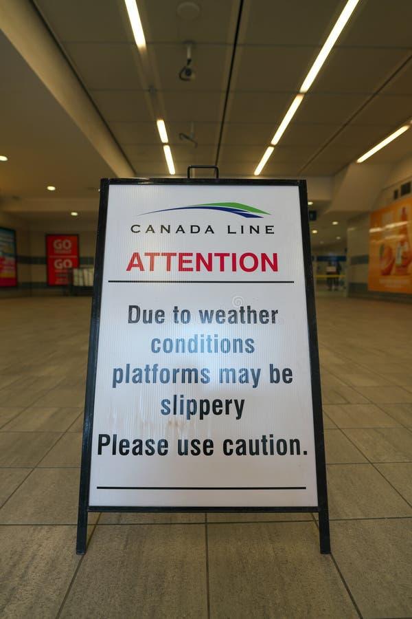 Ειδοποίηση που επιδεικνύεται στο σταθμό προκυμαιών SkyTrain στοκ εικόνα