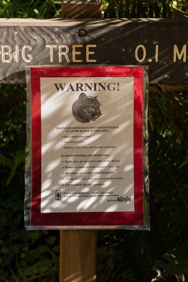 Ειδοποίηση στην είσοδο ένα από τα ίχνη για τα λιοντάρια βουνών που διακρίνουν στο εθνικό πάρκο Redwood, Καλιφόρνια, ΗΠΑ στοκ εικόνες