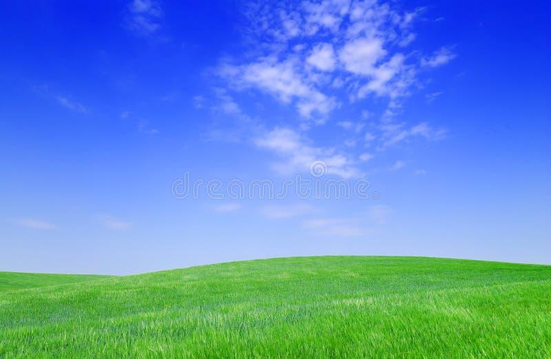 Ειδυλλιακή άποψη, πράσινοι λόφοι και μπλε ουρανός στοκ εικόνα με δικαίωμα ελεύθερης χρήσης