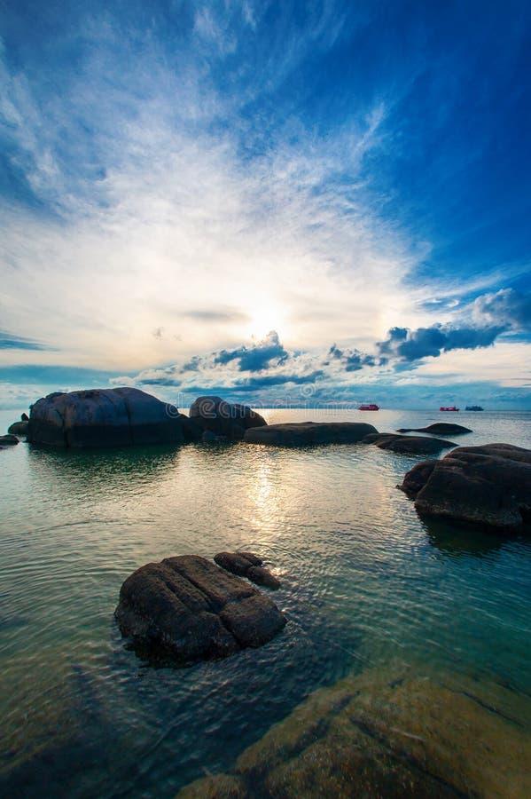 Ειδυλλιακή τροπική παραλία με το βράχο και το κρύσταλλο - καθαρίστε το νερό στοκ φωτογραφία με δικαίωμα ελεύθερης χρήσης