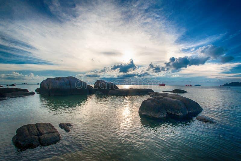 Ειδυλλιακή τροπική παραλία με το βράχο και το κρύσταλλο - καθαρίστε το νερό στοκ εικόνα με δικαίωμα ελεύθερης χρήσης