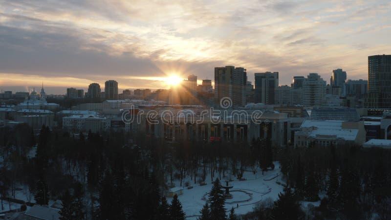 Ειδυλλιακό τοπίο των σύγχρονων κτηρίων, του πάρκου και της εκκλησίας πόλεων στα φω'τα ηλιοβασιλέματος το χειμώνα r Χειμώνας πόλεω στοκ φωτογραφίες με δικαίωμα ελεύθερης χρήσης
