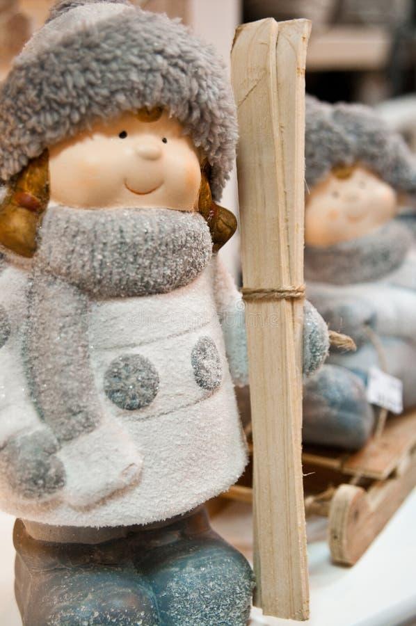Ειδώλιο κοριτσιών σκι χειμώνα ή Χριστουγέννων στοκ φωτογραφία με δικαίωμα ελεύθερης χρήσης