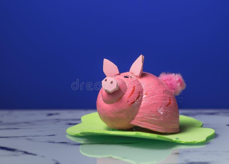 Ειδώλιο μικρού ενός piggy φιαγμένου από κοχύλι ενός σαλιγκαριού στοκ φωτογραφία