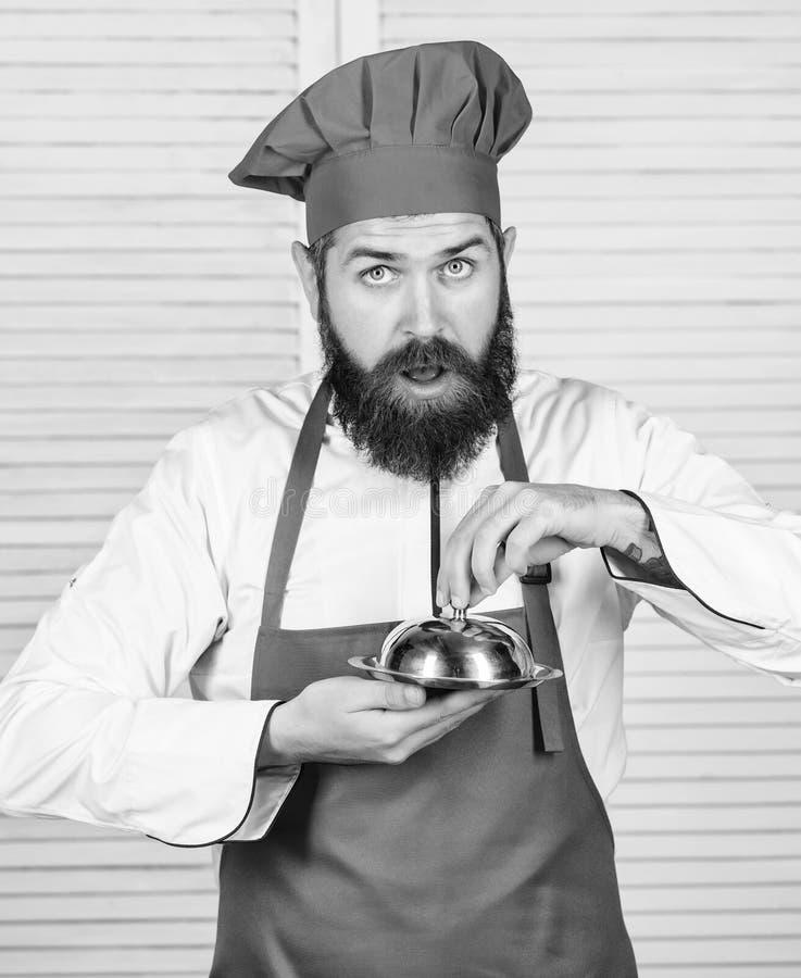 Εικασία ποιος μαγείρεψα Αυτό που είναι κάτω από το καπάκι Εύγευστη παρουσίαση γεύματος Η κουζίνα Haute χαρακτήρισε τη λεπτολόγη π στοκ φωτογραφία