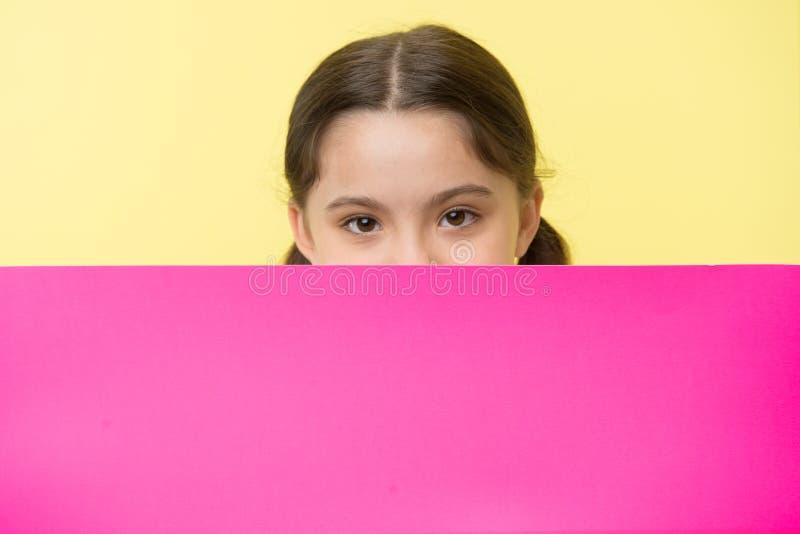 Εικασία τι Κοριτσιών διάστημα αντιγράφων επιφάνειας παιδιών που κρυφοκοιτάζουν έξω ρόδινο κενό Έννοια διαφημίσεων Χαριτωμένο κοίτ στοκ φωτογραφία