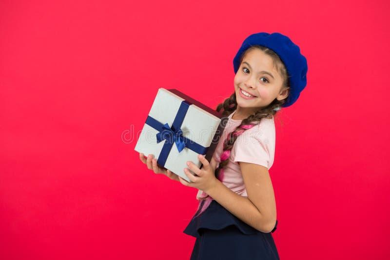 Εικασία τι το όνειρο παιδιών σας περίπου Καλύτερα παιχνίδια και δώρα Χριστουγέννων Μικρό κορίτσι παιδιών beret στο κιβώτιο δώρων  στοκ εικόνα