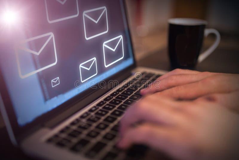 Εικονίδια ηλεκτρονικού ταχυδρομείου που προέρχονται από προσωπική οθόνη υπολογιστή στοκ φωτογραφία με δικαίωμα ελεύθερης χρήσης