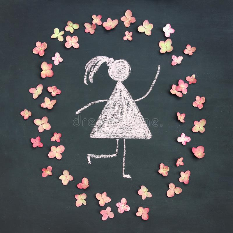 Εικονίδιο γυναικών σχεδίων κιμωλίας που περιβάλλεται από τα ζωντανά ρόδινα λουλούδια σε chal στοκ εικόνες με δικαίωμα ελεύθερης χρήσης