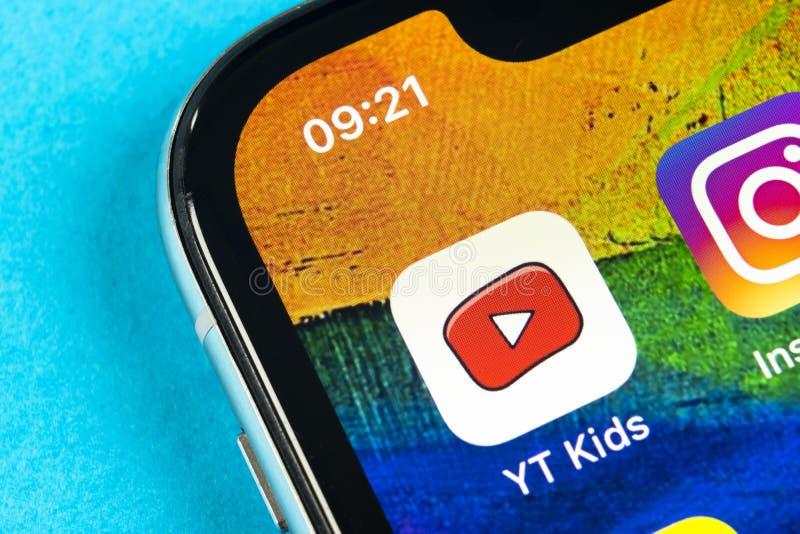 Εικονίδιο εφαρμογής παιδιών YouTube στο iPhone Χ της Apple κινηματογράφηση σε πρώτο πλάνο οθόνης smartphone App παιδιών Youtube ε στοκ φωτογραφίες με δικαίωμα ελεύθερης χρήσης