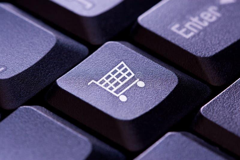 Εικονίδιο κάρρων αγορών σε ένα πλήκτρο πληκτρολογίων υπολογιστών στοκ φωτογραφία με δικαίωμα ελεύθερης χρήσης