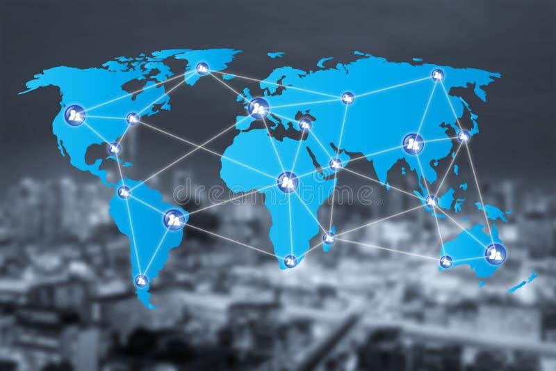 Εικονίδια σύνδεσης δικτύων ανθρώπων με τη σύνδεση παγκόσμιων χαρτών στοκ εικόνα με δικαίωμα ελεύθερης χρήσης