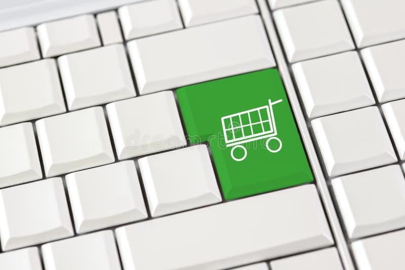 Εικονίδιο καροτσακιών αγορών σε ένα πληκτρολόγιο υπολογιστών στοκ φωτογραφία