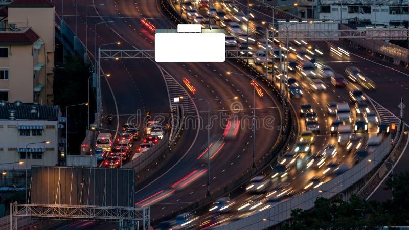 Εικονική παράσταση πόλης και φως του δρόμου νύχτας στη μακροχρόνια έκθεση στοκ εικόνες