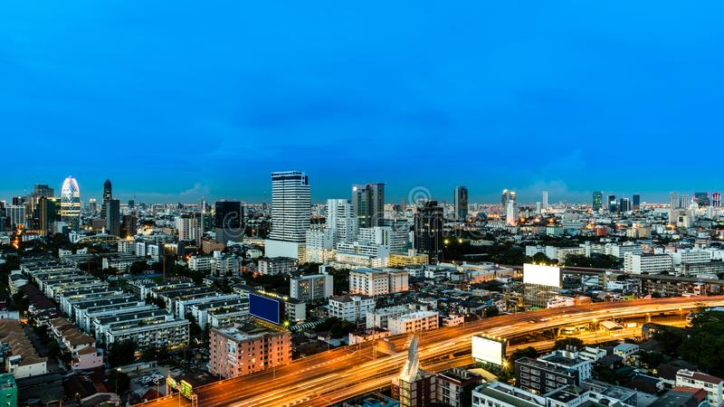 Εικονική παράσταση πόλης και φως του δρόμου νύχτας στη μακροχρόνια έκθεση στοκ φωτογραφία με δικαίωμα ελεύθερης χρήσης