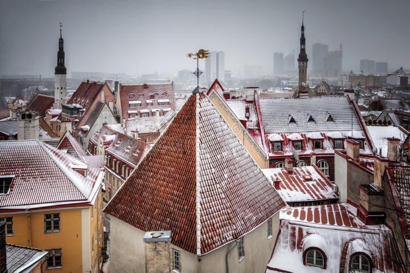 Εικονική παράσταση πόλης με τη μεσαιωνική παλαιά πόλη, Ταλίν, Εσθονία Όμορφη χειμερινή άποψη ψηλού στοκ φωτογραφία