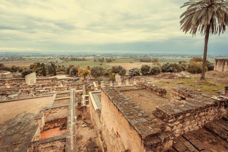 Εικονική παράσταση πόλης με τους τοίχους της μεσαιωνικής πόλης Medina Azahara σε Ανδαλουσία Μαυριτανικά οχυρό και παλάτια Al-Zahr στοκ εικόνες με δικαίωμα ελεύθερης χρήσης