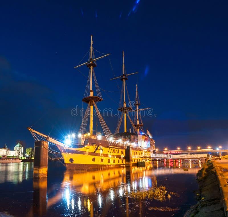 Εικονική παράσταση πόλης νύχτας με τη ναυαρχίδα φρεγάτων εστιατορίων στον ποταμό Volkhov, Veliky Novgorod, Ρωσία στοκ εικόνες