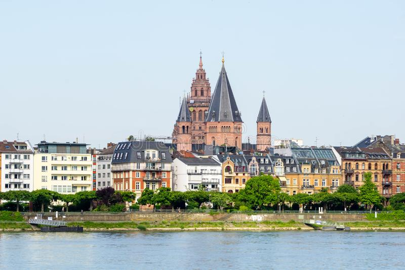Εικονική παράσταση πόλης πανοράματος του Μάιντς στη Γερμανία στο μπλε ουρανό στοκ εικόνες