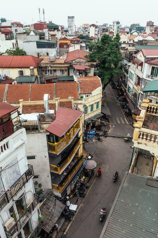 Εικονική παράσταση πόλης συμπεριλαμβανομένων των σπιτιών, των κτηρίων και της οδού με τα ποδήλατα που βλέπουν από τη στέγη στο Αν στοκ φωτογραφία