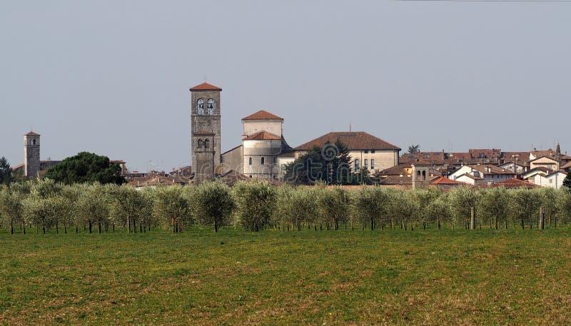 Εικονική παράσταση πόλης της ιστορικής περιοχής Cividale del Friuli, παγκόσμια κληρονομιά της ΟΥΝΕΣΚΟ, πίσω από έναν τομέα ελιών στοκ εικόνες με δικαίωμα ελεύθερης χρήσης