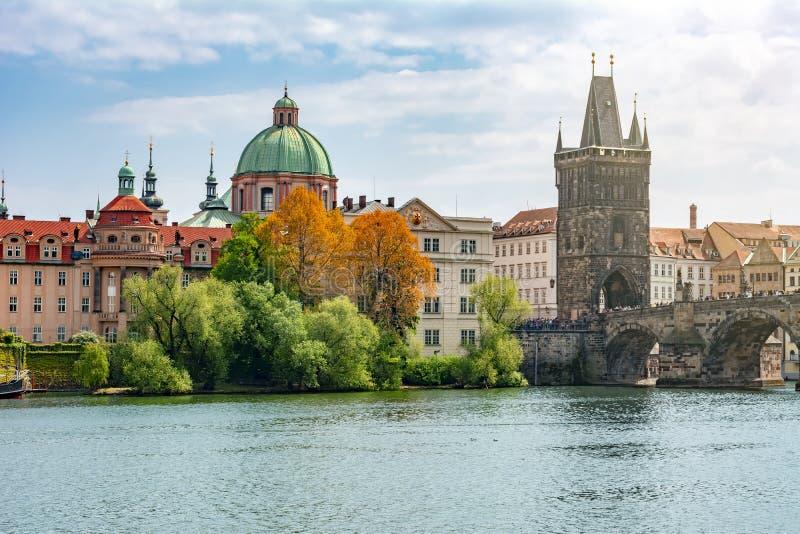 Εικονική παράσταση πόλης της Πράγας με τον παλαιό πύργο πόλης γεφυρών και γέφυρα του Charles πέρα από τον ποταμό Vltava, Δημοκρατ στοκ εικόνες