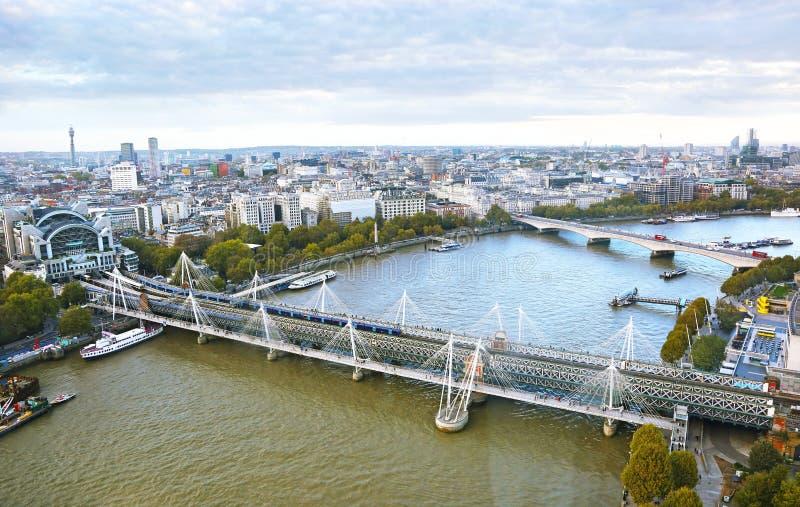 Εικονική παράσταση πόλης της πόλης του Λονδίνου - άποψη του ποταμού του Τάμεση και της γέφυρας Hungerford στοκ εικόνες