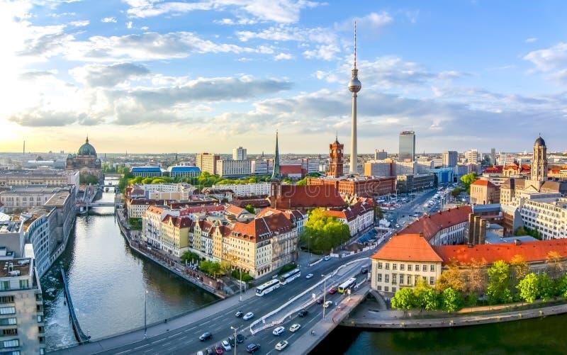 Εικονική παράσταση πόλης του Βερολίνου με τον καθεδρικό ναό του Βερολίνου και τον τηλεοπτικό πύργο, Γερμανία στοκ εικόνα με δικαίωμα ελεύθερης χρήσης