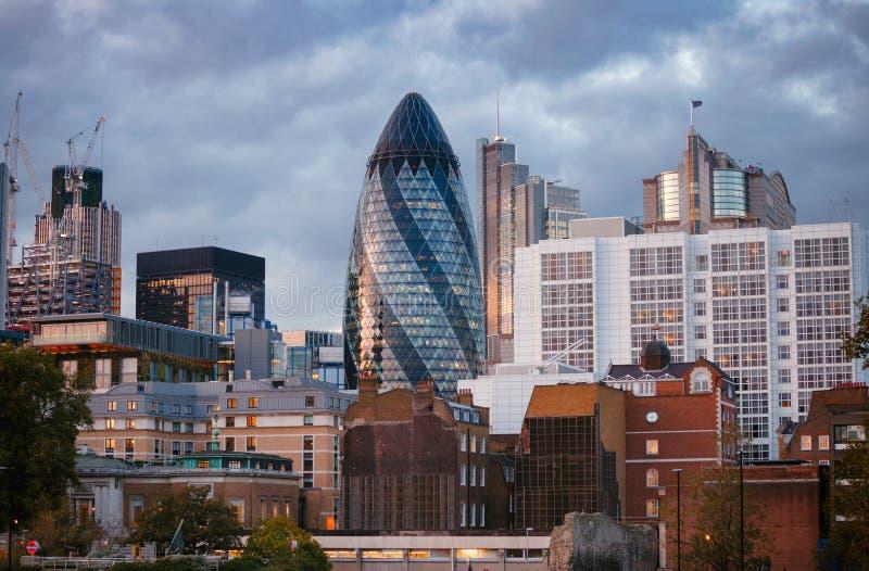 Εικονική παράσταση πόλης του Λονδίνου με τον ουρανοξύστη αγγουριών τσεκουριών 30 ST Mary στο σούρουπο στοκ φωτογραφία