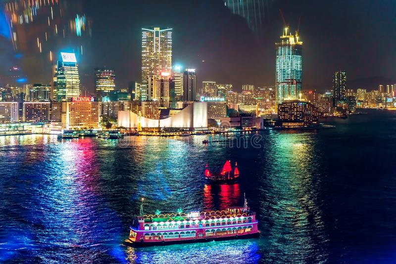 Εικονική παράσταση πόλης Χονγκ Κονγκ νύχτας με τη βάρκα φω'των και κρουαζιέρας πόλεων που αντιμετωπίζεται από τη ρόδα παρατήρησης στοκ φωτογραφίες με δικαίωμα ελεύθερης χρήσης